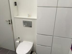 Olsson VVS - Badeværelse - Grå - Væghængt toilet og højskabe