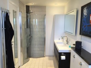 Badeværelse. Fliser. Håndvask. Olsson VVS